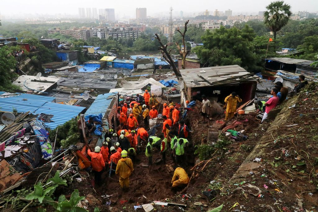 Rescue workers search for survivors after a residential house collapsed due to landslide caused by heavy rainfall in Mumbai, India, July 18, 2021. REUTERS/Niharika Kulkarni (NIHARIKA KULKARNI)